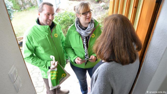 Militantes do Partido Verde alemão em campanha porta a porta