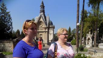 Польские туристки пришли посмотреть на мемориал орлят