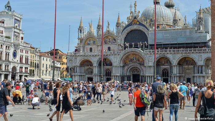 Italien Venedig Touristen auf dem Markusplatz (Imago/Revierfoto)