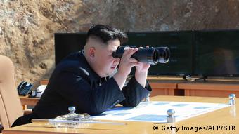 Nordkorea Kim Jong-Un beobachtet Raketentest