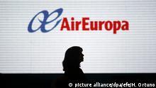 ARCHIV - Eine Frau läuft am 12.06.2014 vor dem Logo der Fluggesellschaft Air Europa in Madrid (Spanien). Am 10.08.2017 gab die spanische Pilotengewerkschaft Sepla bekannt, Piloten der spanischen Gesellschaft Air Europa wollen angesichts der dramatischen Lage einen Bogen um Venezuela machen. (zu dpa «Angst vor Caracas: Air-Europa-Piloten wollen Venezuela meiden» vom 10.08.2017) Foto: Hugo Ortuno/EFE/dpa +++(c) dpa - Bildfunk+++ |