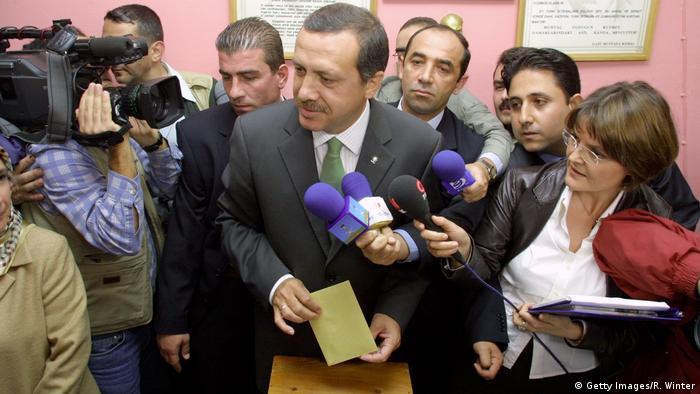 AKP Genel Başkanı Erdoğan, 2002 seçimlerinde oyunu kullanırken.