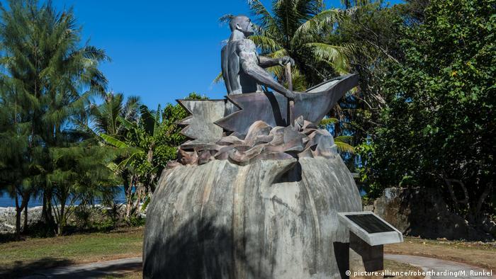 Die meisten Bewohner Guams gehören zur Volksgruppe der Chamorro. Sie bilden die Urbevölkerung der Insel - als Nachfahren früherer Siedler. Statuen, wie diese eines Chamorro-Häuptlings, erinnern an ihre Ahnen. Die Ureinwohner sind indonesisch-spanisch-philippinischer Herkunft. Die Insel wirbt mit der traditionellen Kultur der Chamorro.