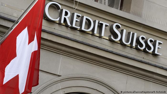 Das Logo der Schweizer Grossbank Credit Suisse und die Schweizer Flagge