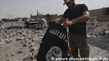 Syrien - Syrischer Kämpfer mit IS Fahne