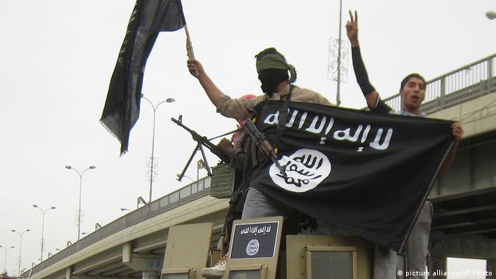 إرهابيو داعش في الفلوجة يلوحون بشارة النصر في 2014