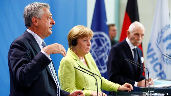 Deutschland Berlin - Angela Merkel, Filippo Grandi und William Lacy Swing (Reuters/H. Hanschke)