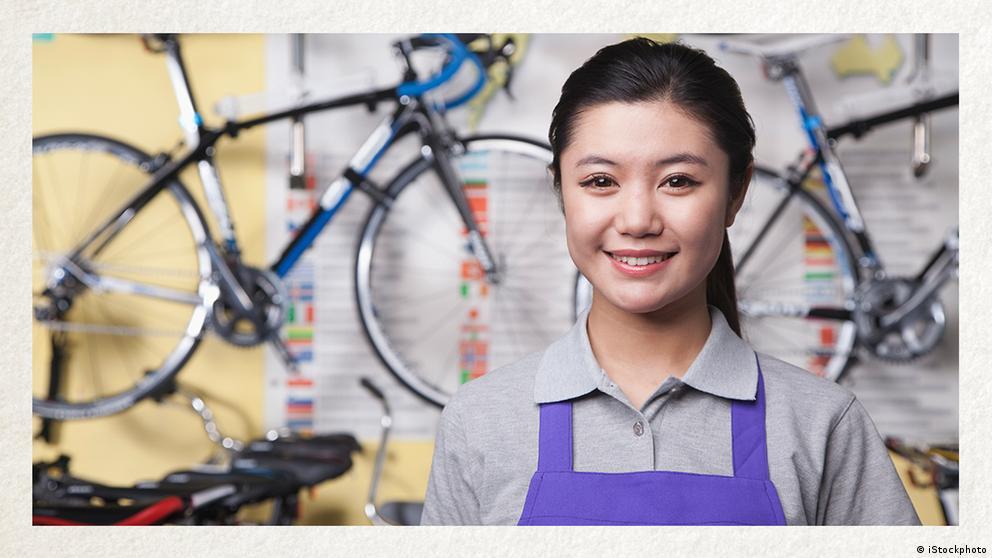 Deutschkurse | Wortschatz | WBS_Foto_Fahrradhändlerin