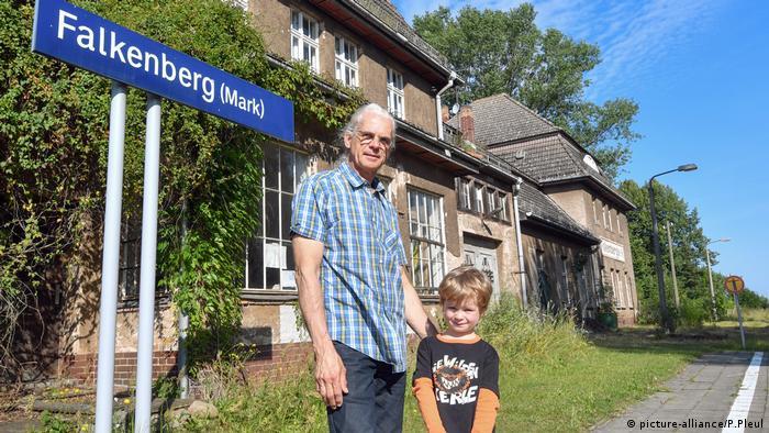 Wohnen im Bahnhofsgebäude (picture-alliance/P.Pleul)
