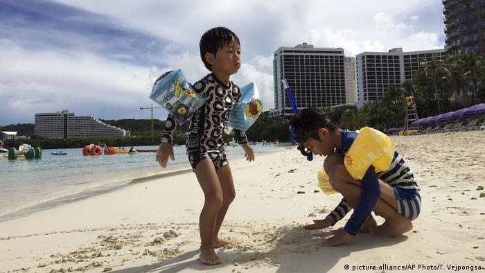 Das ganze Jahr lang ist Badewetter auf Guam - damit wirbt die Insel im Internet. Die Temperaturen sind tropisch, liegen meist zwischen 26 und 30 Grad. Es gibt nur zwei Jahreszeiten: trocken und nass. Von Juni bis November ist Regenzeit, im Rest des Jahres ist es trocken.