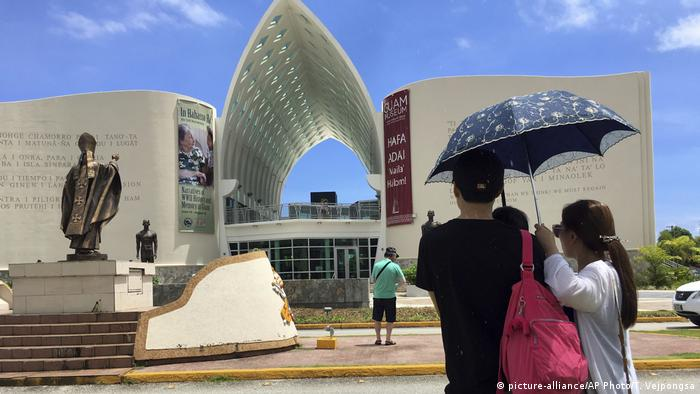 Urlaub ist mehr als nur am Strand zu faulenzen. Guam ist ein Shoppingparadies: Es gibt keine Mehrwertsteuer. Außerdem können Besucher im Guam-Museum (Foto) mehr über die Geschichte der Insel erfahren. 130 Orte auf Guam sind im Nationalen Verzeichnis historischer Stätten der USA vermerkt - ziemlich viel für eine Insel, die gerade einmal so groß ist wie die US-Hauptstadt Washington, D.C.