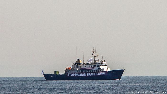 Mittelmeer - Stop Human Trafficking Banner an der C-Star (Getty Images/AFP/A. Tzortzinis)