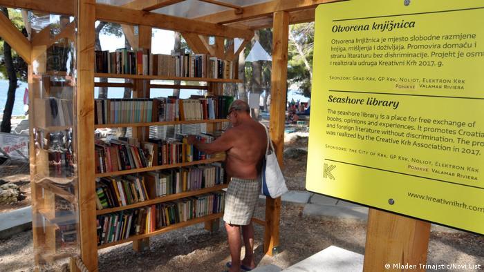 Kroatien Bibliothek am Strand auf der Insel Krk (Kreativni Krk)