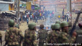 Maafisa wa polisi wakiwakabili waandamanaji eneo la Mathare Nairobi