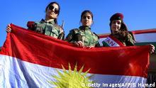 Irak Kurdinnen mit Flagge Kurdistans