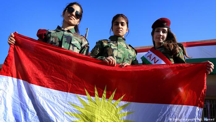 Irak Kurdinnen mit Flagge Kurdistans (Getty Images/AFP/S. Hamed)
