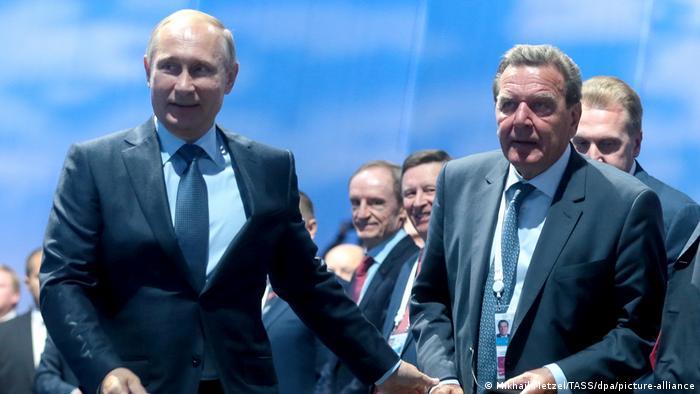 Ґергард Шредер і Володимир Путін на Східному економічному форумі 4 вересня 2015 року