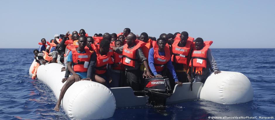 Migrantes resgatados no Mediterrâneo em maio deste ano