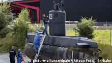 Polizisten inspizieren am 13.08.2017 in Kopenhagen (Dänemark) das geborgene U-Boot «Nautilus». Von der nach dem Untergang eines privaten dänischen U-Boots vermissten schwedischen Journalistin fehlt weiter jede Spur. Die dänische Polizei teilte nach Angaben der Nachrichtenagentur Ritzau am Sonntag in Kopenhagen mit, sie habe bei einer Durchsuchung des Bootes keine Leiche gefunden. (zu dpa «Was geschah auf der Nautilus? Dänischer U-Boot-Kapitän verhaftet» vom 13.08.2017) Foto: Jacob Ehrbahn/Ritzau Foto/AP/dpa +++(c) dpa - Bildfunk+++  