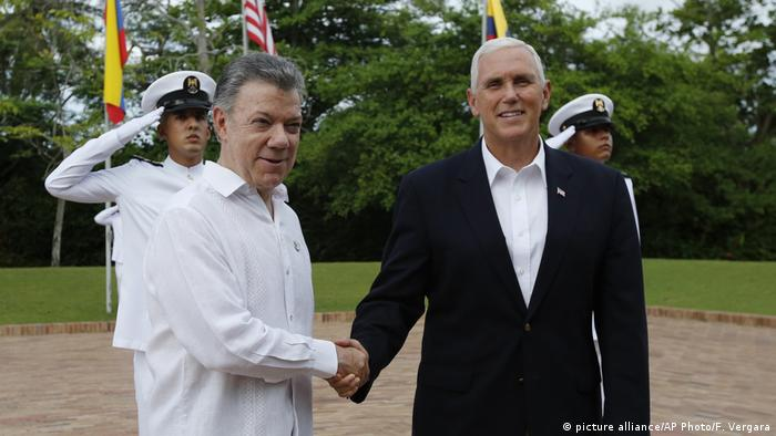 Der kolumbianische Staatschef Juan Manuel Santos (li.) begrüßt in Cartagena US-Vizepräsident Mike Pence (Foto: picture alliance/AP Photo/F. Vergara)