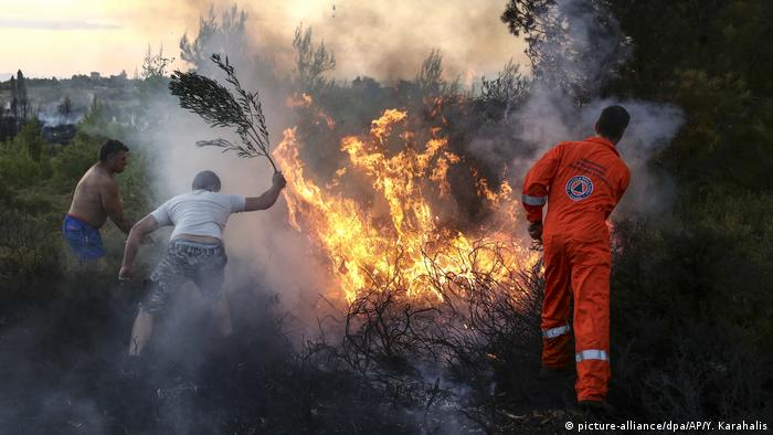 Greece: Wildfires rage in holiday town near Athens