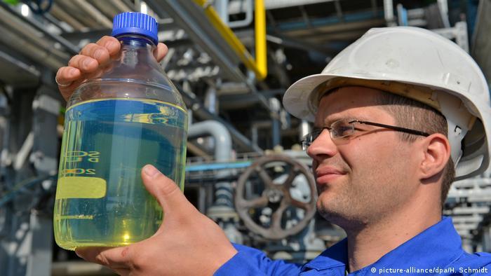 Deutschland Forschung an Zukunft ohne Erdöl (picture-alliance/dpa/H. Schmidt)
