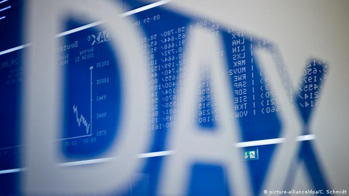 DAX sign in front of stock board (picture-alliance/dpa/C. Schmidt)