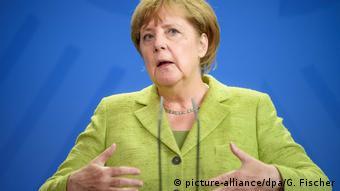 Angela Merkel speaking to a refugee aid group (picture-alliance/dpa/G. Fischer)
