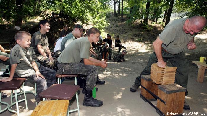 Ungarn Kinder nehmen teil an einem Sommercamp mit militärischen Training bei Mogyorod