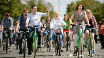 Лидеры партийного списка Союз-90/зеленые Джем Оздемир и Катрин Гёринг-Эккардт едут на велосипедах