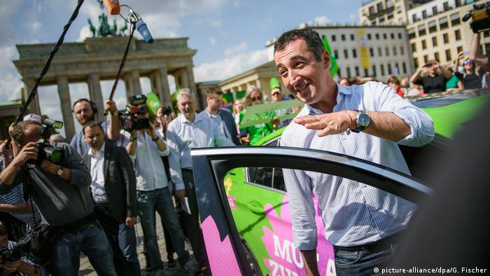 Green chancellor candidate Cem Özdemir on the campaign trail in a BMW Hybrid Limousine (picture-alliance/dpa/G. Fischer)