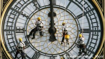 Workmen clean the clockface of the tower which houses Big Ben in this archive picture from 2007. (picture-alliance/dpa/L. Whyld)