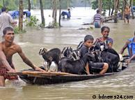 Бангладеш: люди рятуються від повені