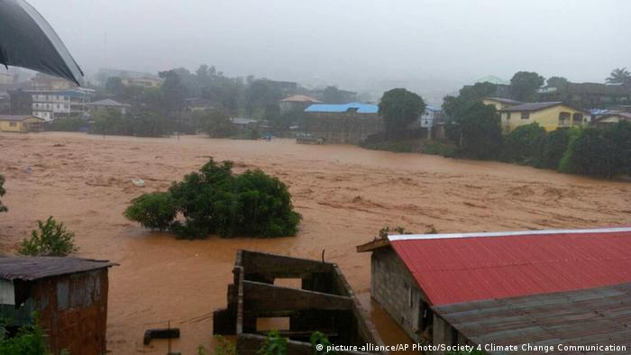 Sierra Leone Schlammlawine (picture-alliance/AP Photo/Society 4 Climate Change Communication)
