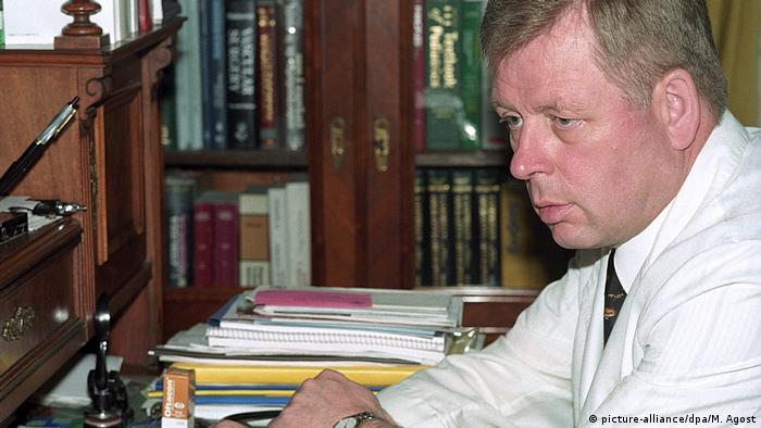 Hartmund Hopp in his Colonia Dignidad office in 2000 (picture-alliance/dpa/M. Agost)