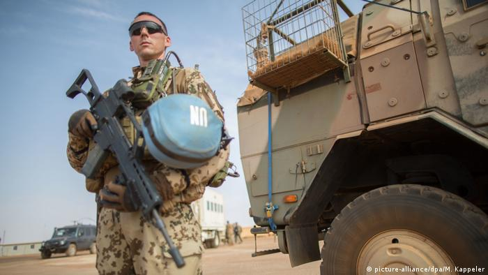 Mali Deutscher UN-Soldat in Gao (picture-alliance/dpa/M. Kappeler)