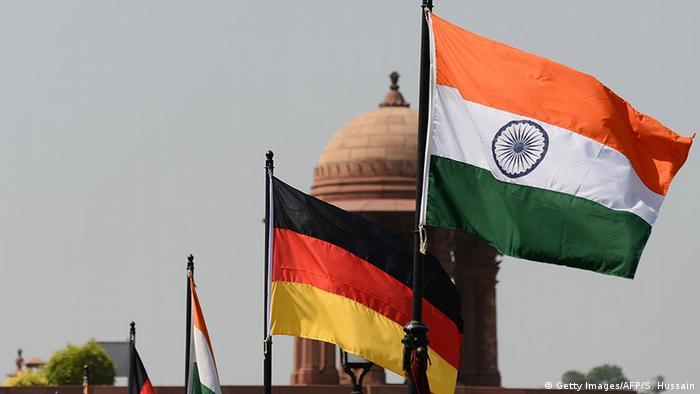 Nationalflaggen von Deutschland und Indien (Getty Images/AFP/S. Hussain)