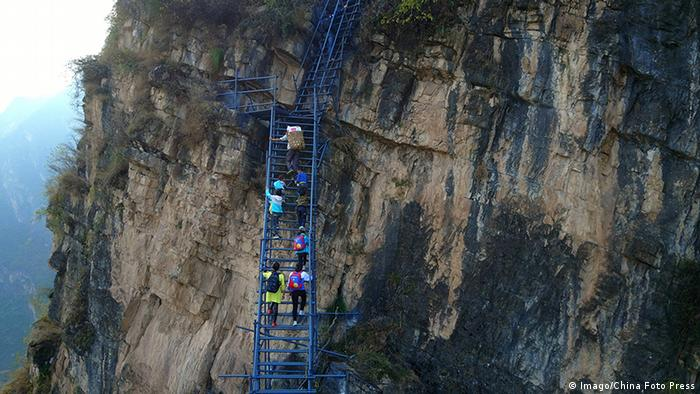 China Stahltreppe als Schulweg in Sichuan (Imago/China Foto Press)