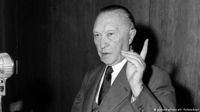 Symbolbild: Bundeskanzler Konrad Adenauer spricht bei einer Pressekonferenz und hat den Zeigefinger der linken Hand erhoben