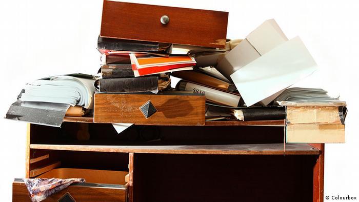 Unordentlicher Schreibtisch (Colourbox)