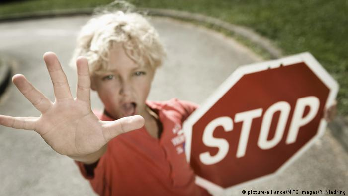 Kind mit Stopschild (picture-alliance/MITO images/R. Niedring)
