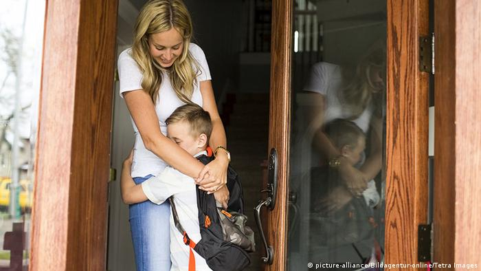 Young mother hugging a child (picture-alliance/Bildagentur-online/Tetra Images)