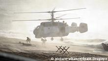 Troops jump out of a Russian helicopter during the 2013 Zapad war games (picture-alliance/dpa/A.Druginyn)