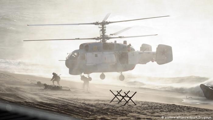 Troops jump out of helicopter during Zapad in 2013 (picture-alliance/dpa/A.Druginyn)