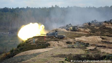 Russian tanks fire during the 2013 Zapad war games (picture-alliance/dpa/A.Druginyn)