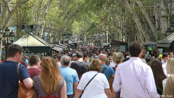 Tourists on the Ramblas boulevard in Barcelona (DW/S. Saez)