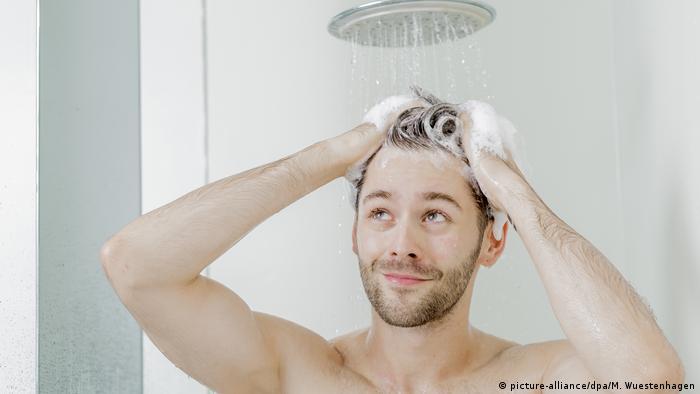 człowiek pod prysznicem