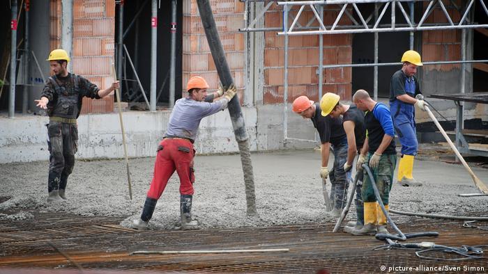 Deutschland Bauarbeiter bei der Arbeit Symbolbild