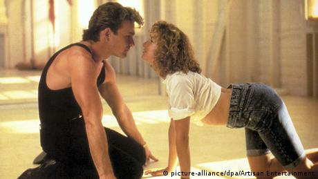Patrick Swayze and Jennifer Grey on the ground in Dirty Dancing (picture-alliance/dpa/Artisan Entertainment)