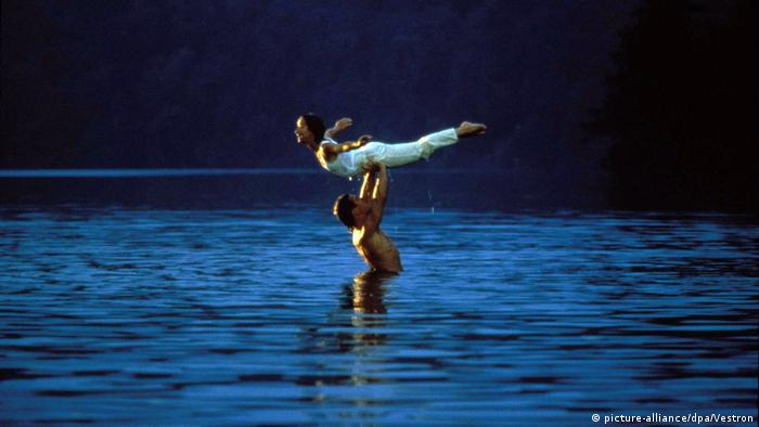Jennifer Grey being lifted up by Patrick Swayze in a lake in Dirty Dancing (picture-alliance/dpa/Vestron)
